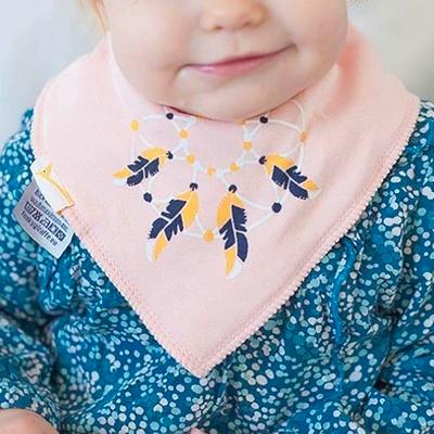 un bandana bavoir tendance qui absorbe la bave de bébé