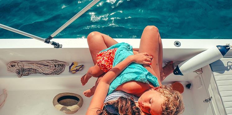 bébé au soleil avec sa mère