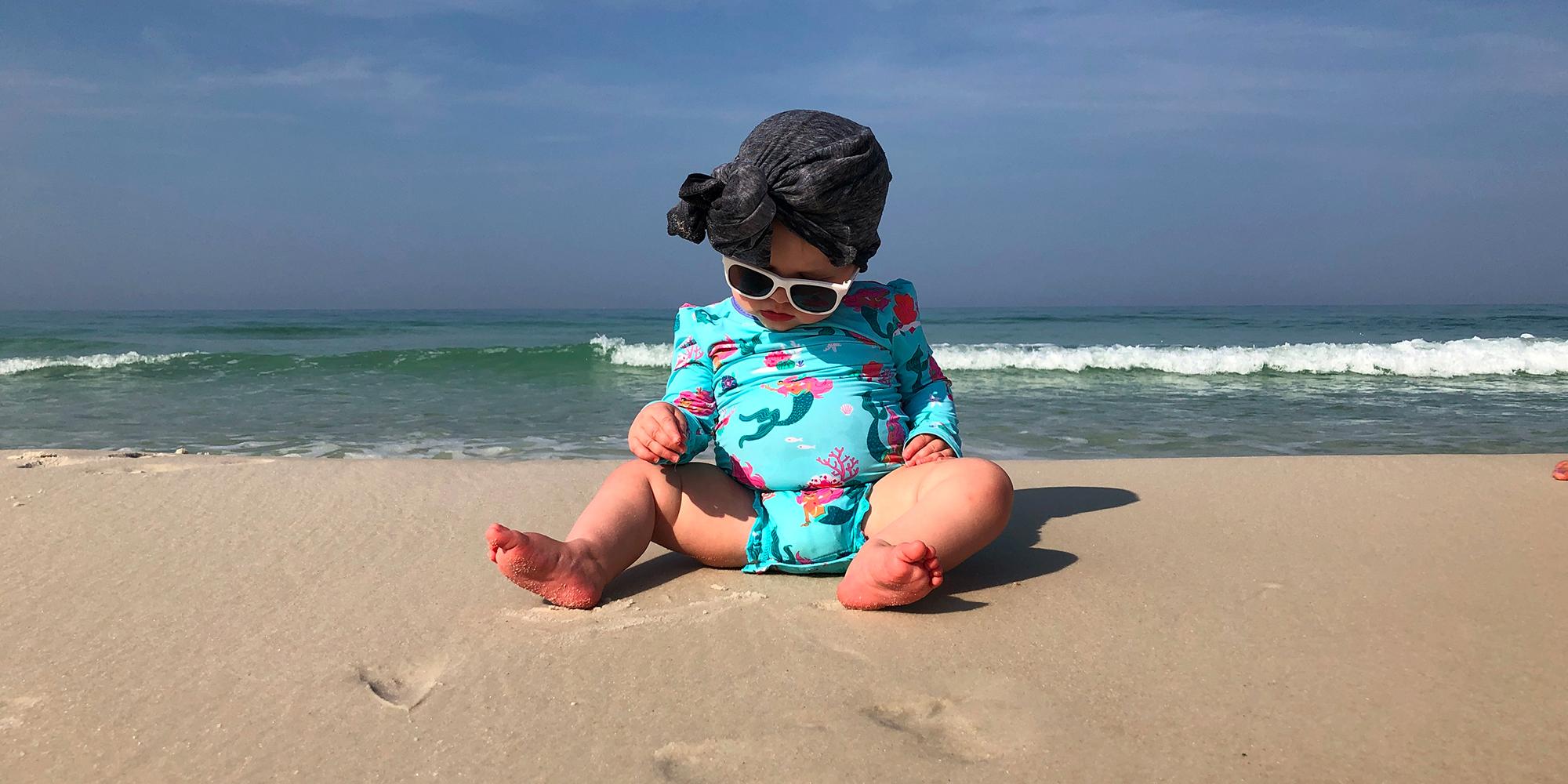 Bébé sur la plage en maillot de bain