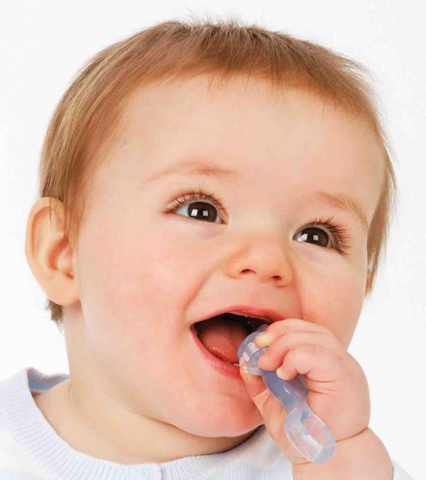 Comment prendre soin des dents de bébé et soulager ses douleurs dentaires ?