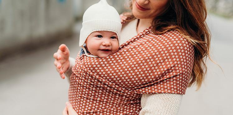 maman qui porte son bébé en écharpe BOBA