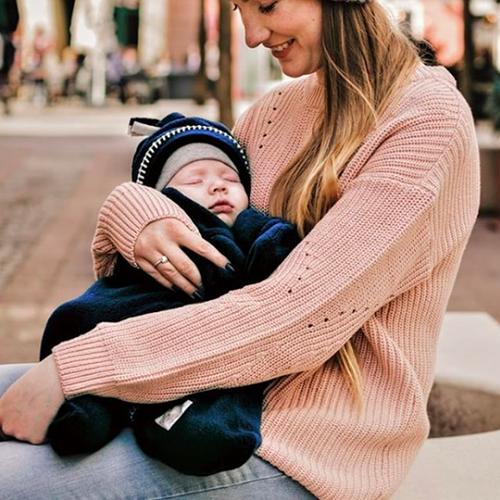 hiver, maman qui porte son bébé en couverture étoile Starsnug, maman natur'elle