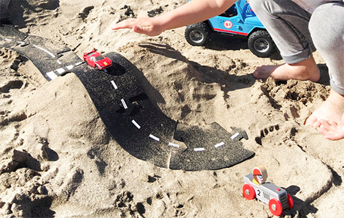 enfant qui joue à l'extérieur, dans le sable