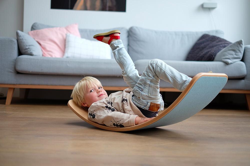 jouer avec une planche d'équilibre en bois, pourquoi ?