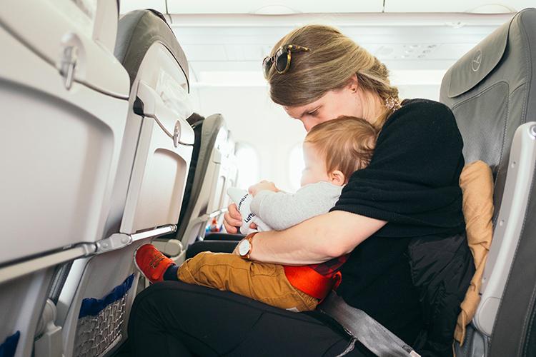 maman qui voyage en avion avec son bébé