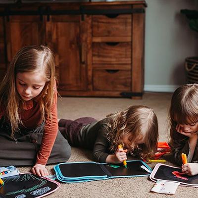 enfants qui jouent aux cahiers plutôt que de regarder les écrans
