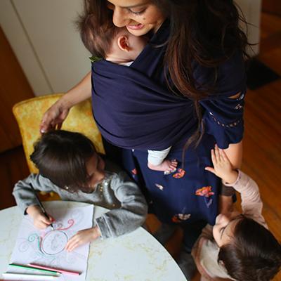 maman qui pratique le portage avec son nouveau-né