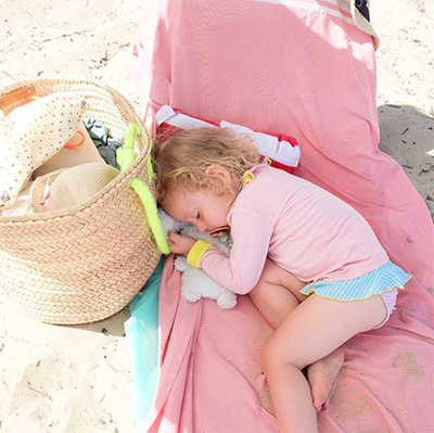 bébé au frais, à l'abris du soleil sur la plage
